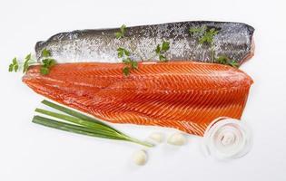 filetti di salmone selvatico ed erbe aromatiche foto