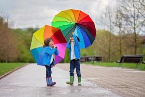 due adorabili ragazzini, camminando in un parco