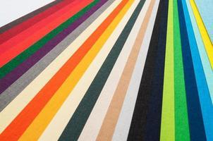strisce di carta colorate.
