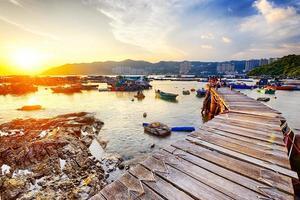 lungo sentiero di legno nella pesca aillage al tramonto