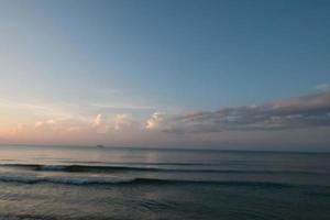 bellissima alba e cielo colorato a rayong, thailandia