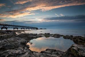 spiaggia rocciosa all'alba