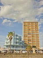 edifici di fronte alla spiaggia foto