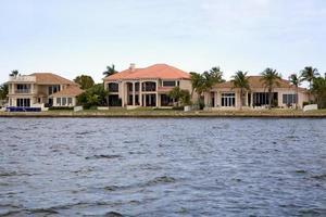 una vista delle belle case in Florida lungo il lungomare