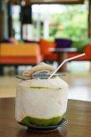 bere acqua di cocco fresca sul tavolo