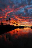 drammatico tramonto rosso riflesso sulla California
