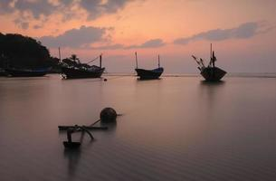 vista sul mare nel tramonto crepuscolo della Tailandia. foto