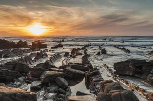 barrika beach al tramonto. lunga esposizione in riva rocciosa