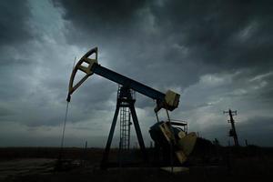 silhouette di pozzo di petrolio e gas