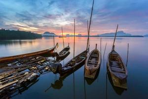 villaggio di pescatori e alba a samchong-ta