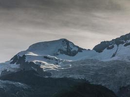 Svizzera. valle di saas. si affacciano da mittelallalin