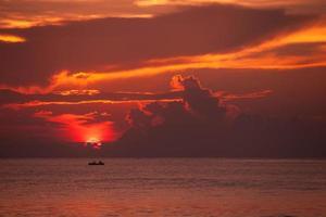 vista panoramica al grande lago con fishman in barca foto