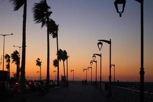 la famosa corniche sul mare al tramonto, beirut, libano