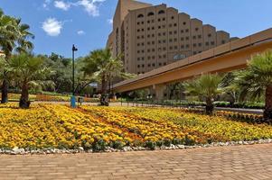 paesaggio con hotel a cascata nella città del sole