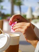 caffè per andare kaffee mit zucker zum mitnehmen foto