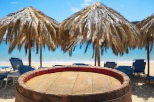 sfondo tavolo barile di legno sulla spiaggia