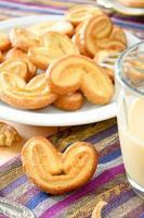 palmeras - pasta sfoglia dolce. biscotti a forma di cuore con lo zucchero