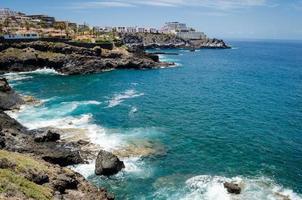 costa rocciosa dell'isola di costa adeje.tenerife, canarie, spagna
