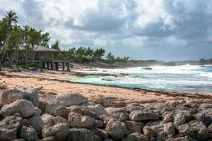 spiaggia caraibica con tempo nuvoloso
