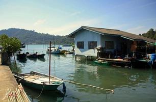 piccole barche da pesca ancorate nel villaggio galleggiante tailandese