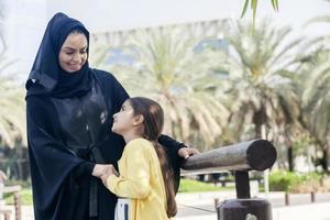madre araba e figlia all'aperto
