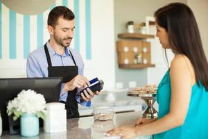 strisciare una carta di credito nel registratore di cassa
