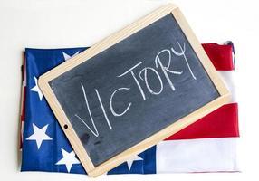 la bandiera americana celebra la vittoria foto