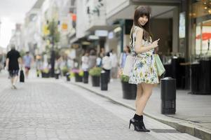 shopping donna asiatica, ritratto del primo piano nel centro commerciale