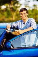 ragazzo con mappa vicino all'auto
