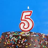 festeggia cinque anni foto