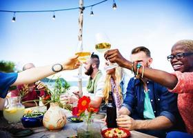 concetto di celebrazione della festa cena estiva sulla spiaggia foto