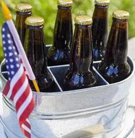 birra e bandiera americana. foto