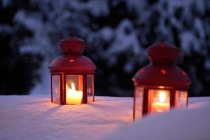 due lanterne accese nella neve
