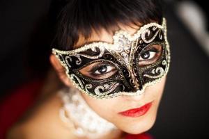 donna che indossa una maschera, guardando in alto foto