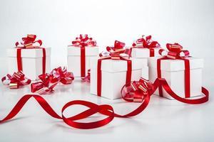 scatole regalo bianche su grigio foto