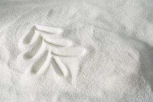 albero di natale disegnato nella neve foto