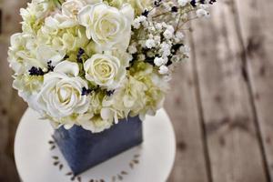 bouquet di rose bianche e ortensie