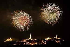 spettacolo pirotecnico in thailandia foto