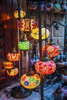 lanterne arabe di strada nella città di dubai foto