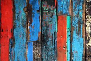 costruzione di assi di legno dai colori vivaci invecchiate foto