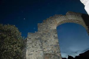 città fantasma archi di notte