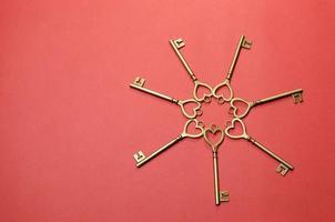 cerchio di chiavi su sfondo rosso foto