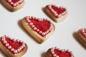 biscotti cuori rossi su sfondo bianco