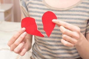 cuore spezzato nelle mani foto