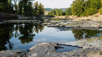 cuore in riva al fiume. foto