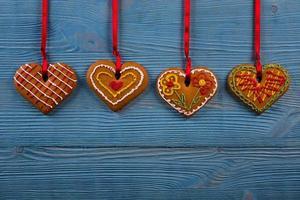 biscotti fatti in casa su uno sfondo di legno foto