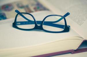 libro aperto e bicchieri foto