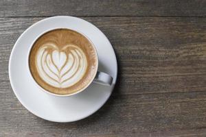 tazza di caffè sul tavolo in legno vista dall'alto