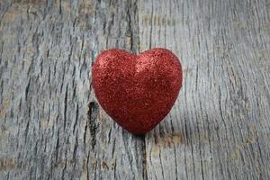 cuori su sfondo di legno vintage per San Valentino foto