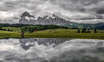 lago e montagne in alto adige, italia
